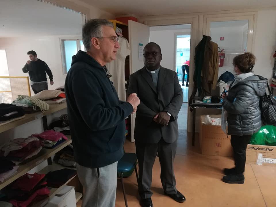 """Sabato 2 marzo: Mons. Tambala visita l'Emporio del vestito """"San Martino"""""""